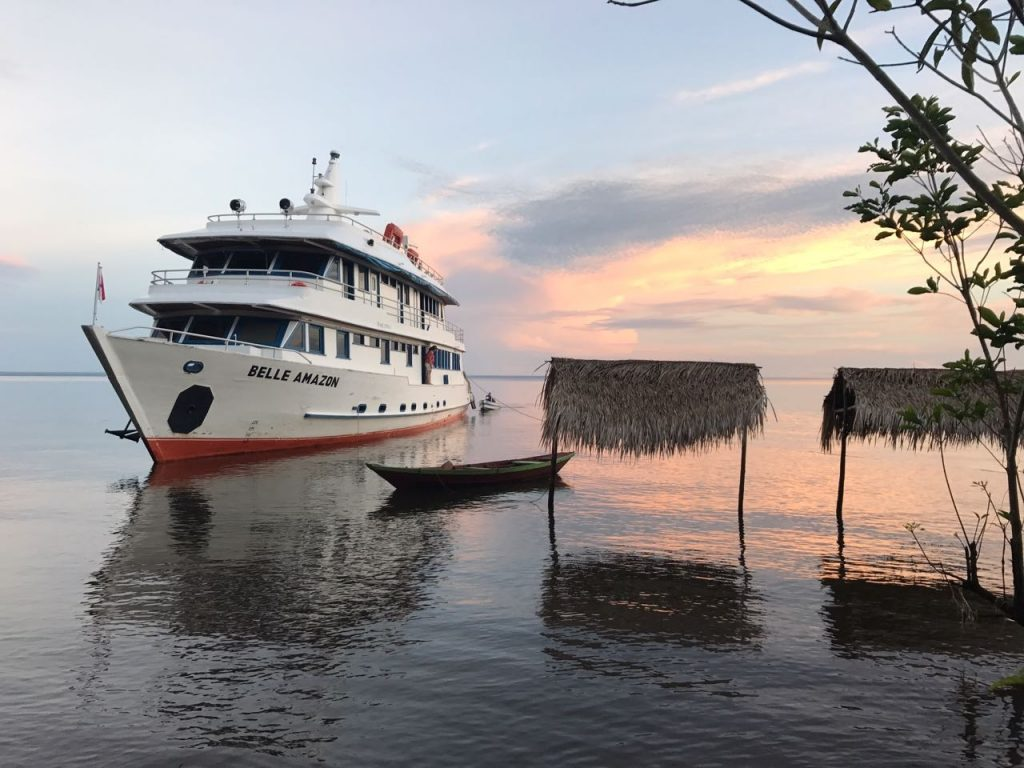 barco belle amazon no rio tapajós em alter do chão ancorado em uma praia de rio