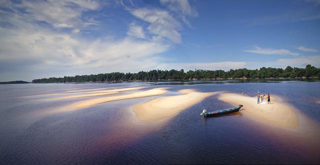 uma praia de areia branca no meio do rio Negro na região de Anavilhanas