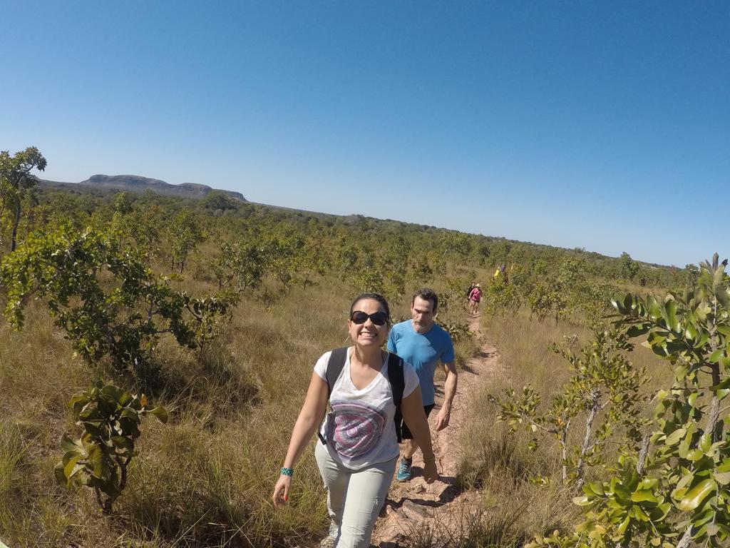 marianne costa na aldeia dos índios xavantes caminhando na trilha