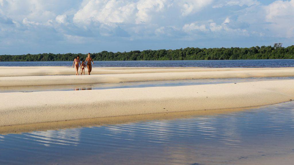 uma praia no rio Negro em plena floresta amazônica