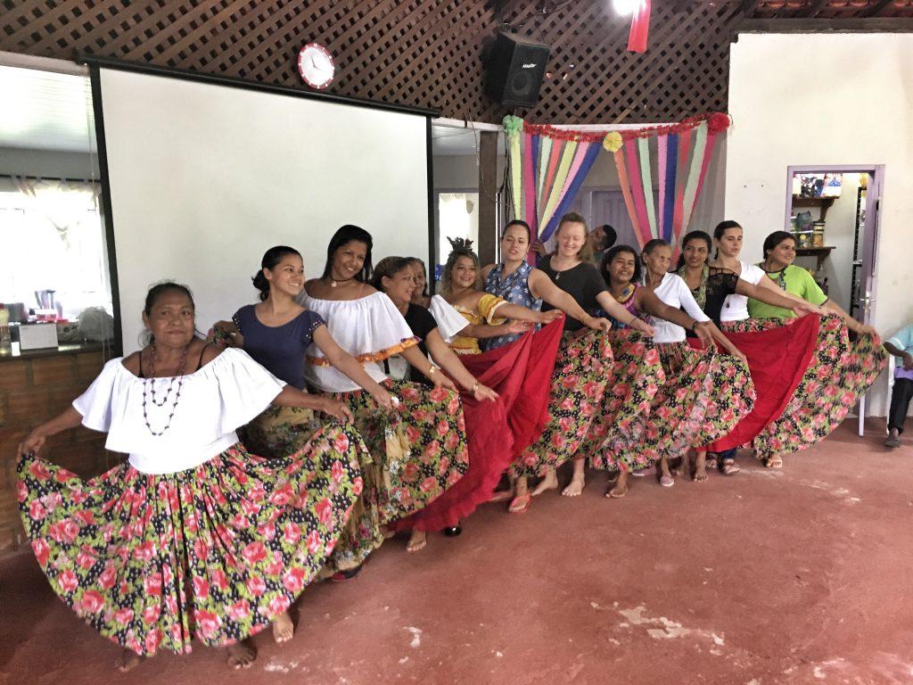 grupo de mulheres dançando música tradicional do pará
