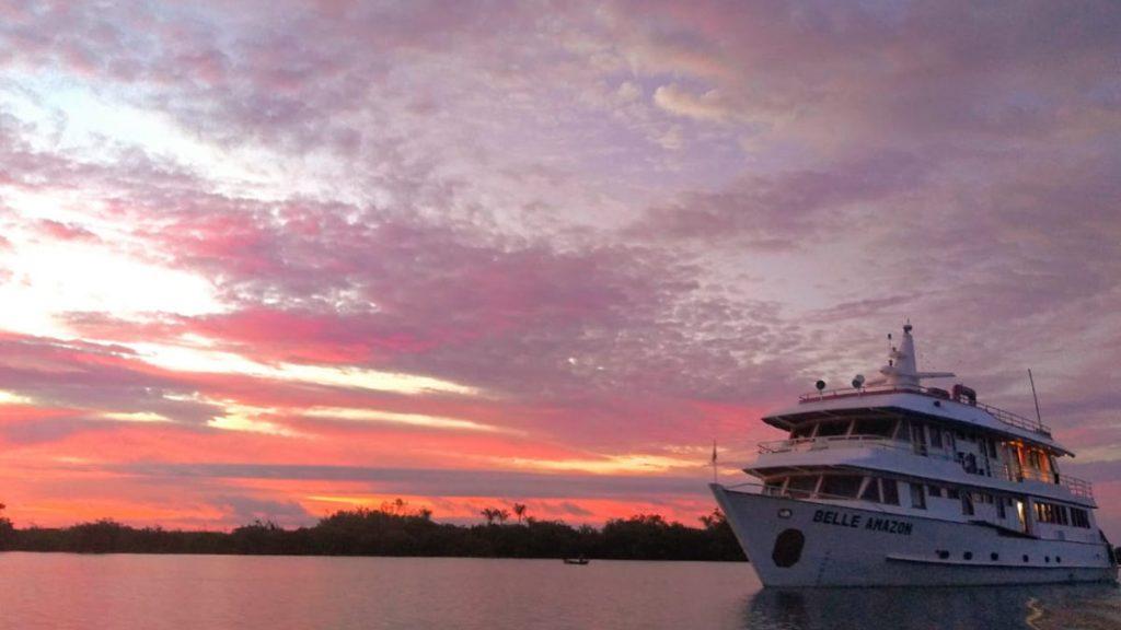barco belle amazon navegando no rio tapajós em alter do chão