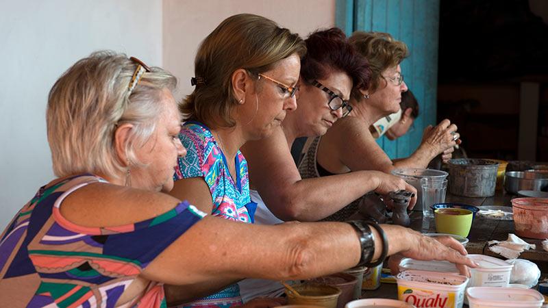 mulheres almoçando em uma casa na comunidade de jequitinhonha - esse roteiro faz parte do pacote Do barro à arte