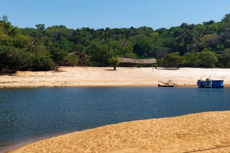 uma praia em alter do chão